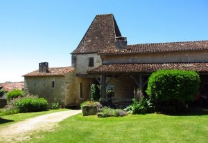 24 Lusignac Cour du château 9red